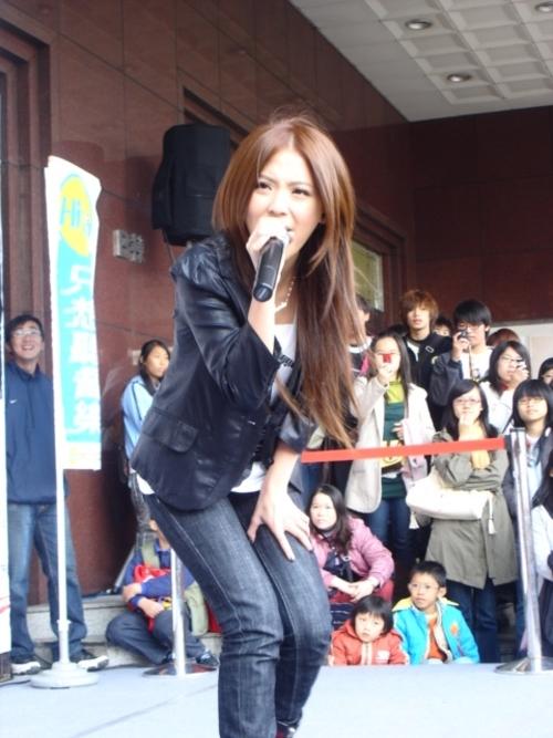 前一晚还在台北淡水举办庆功演唱会的genie 卓文萱,   隔天马上来到